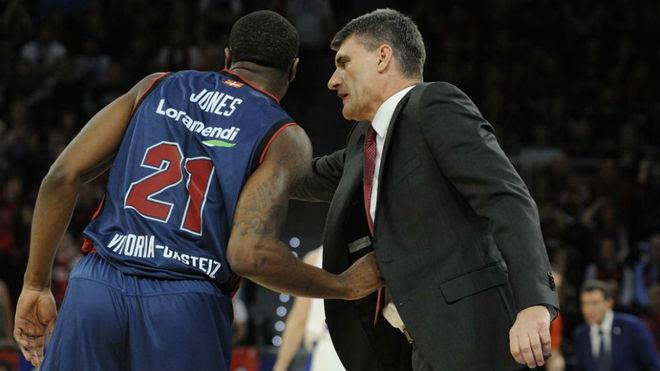 Perasovic habla con Jones durante el partido ante el CSKA en el Buesa.