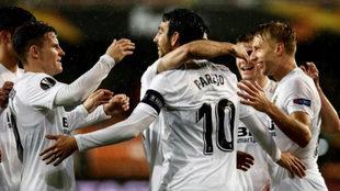 Los jugadores del Valencia celebran un gol en Europa League.