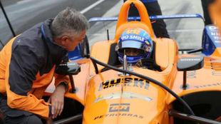 Alonso, junto a Gil de Ferrán ayer en Indianápolis.