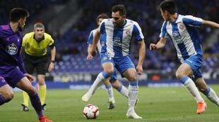 Borja Iglesias, con el balón, durante el encuentro contra el Celta en...
