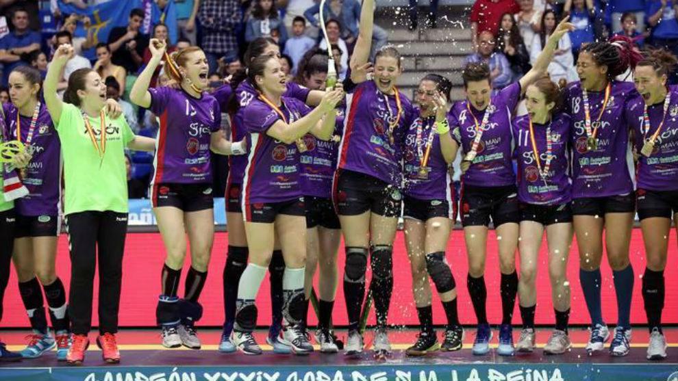 Las jugadoras del Gijón con la Copa de la Reina de 2018.