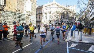 Los corredores del Maratón de Valencia por la Calle Poeta Querol de...