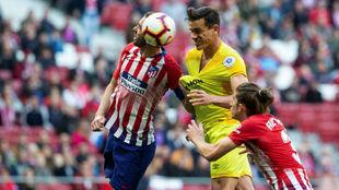 Godín despeja un balón ante Bernardo (Girona) y la mirada de Filipe...