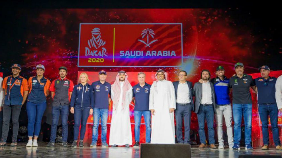Foto de grupo de la presentación del Dakar en Arabia Saudí.