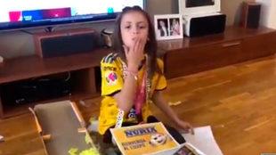 Núria Cebrián recibe regalos de Tigres Femenil.
