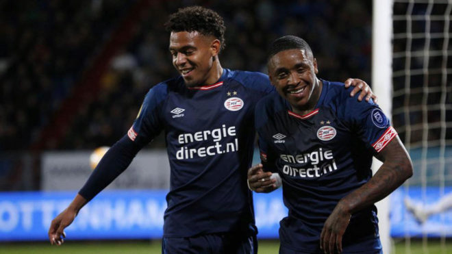 Donyell Malen y Steven Bergwijn  celebran uno de los goles al Willem...