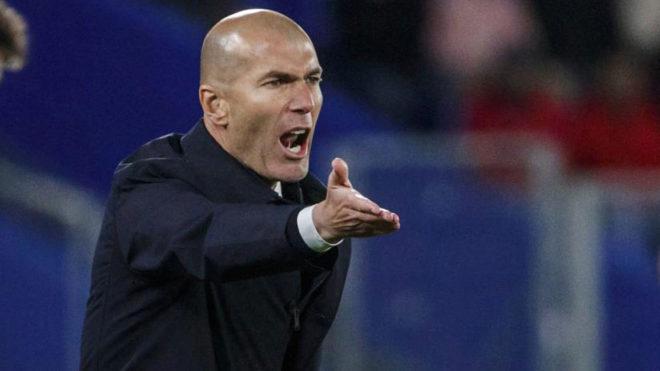 Zidane da instrucciones a sus jugadores en el Coliseum.