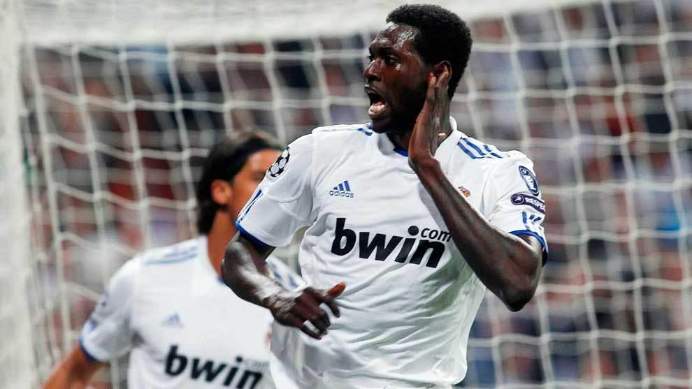 Emmanuel Adebayor celebrando un gol con el Real Madrid en 2011