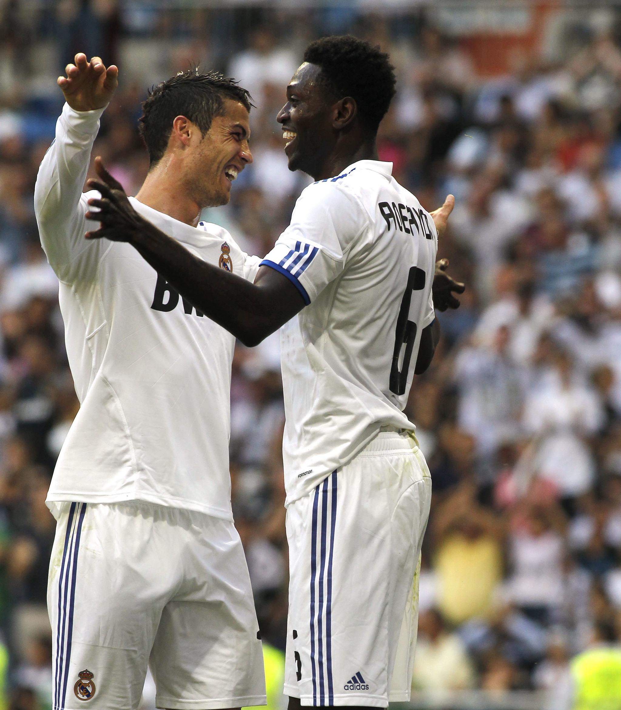 Adebayor y Cristiano Ronaldo abrazándose tras meter un gol con el...