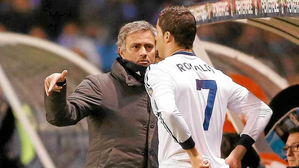Mourinho dando instrucciones a Cristiano Ronaldo en el Real Madrid en...