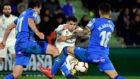 Brahim intenta el reamte ante dos jugadores del Getafe