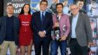 Ferrer, con el premio de jugador '10' de la APT en el stand de Segura...