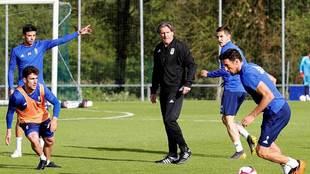 Sergio Egea dirige a sus jugadores durante el entrenamiento del Oviedo...