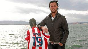 Kiko Narváez posa en su tierra junto con una camiseta del Atlético...
