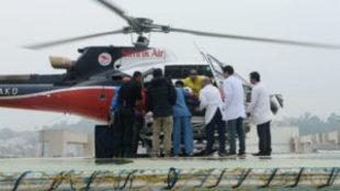 Los médicos reciben en el helicóptero al montañero