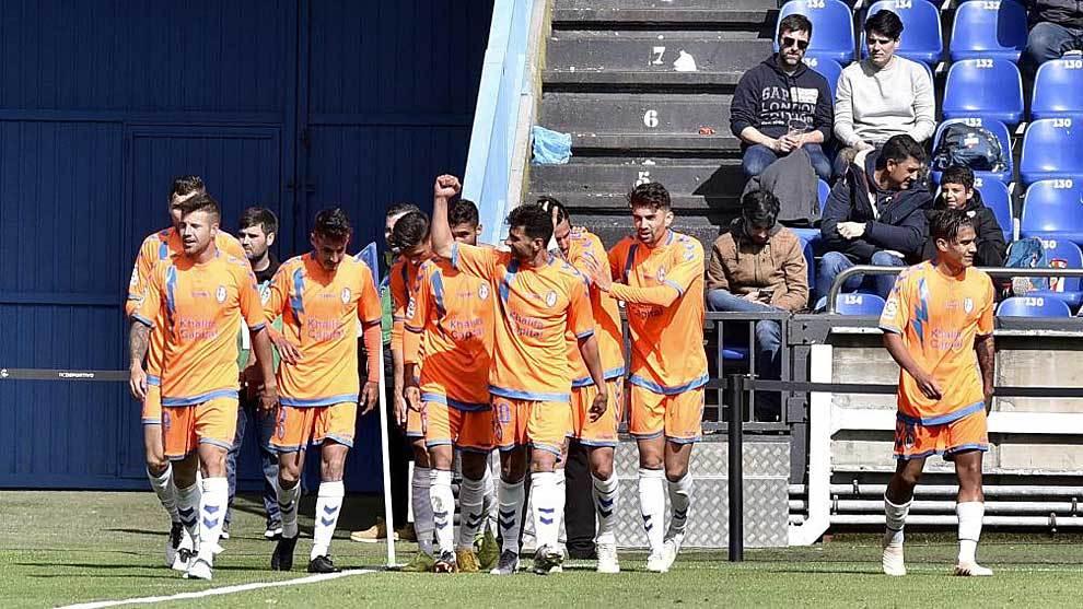 Los jugadores del Rayo celebran uno de los dos goles de Ruibal en...