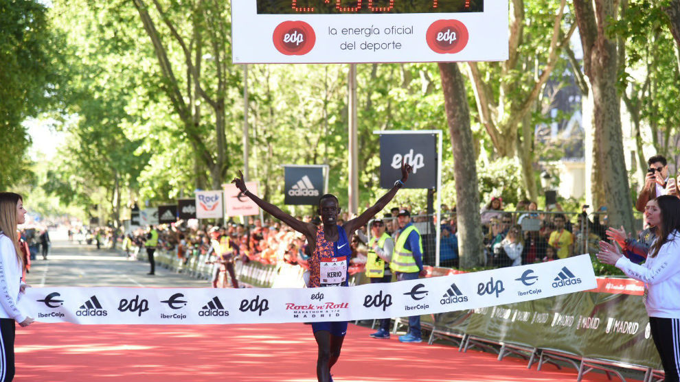 Reuben Kerio cruza la meta del Maratón de Madrid.