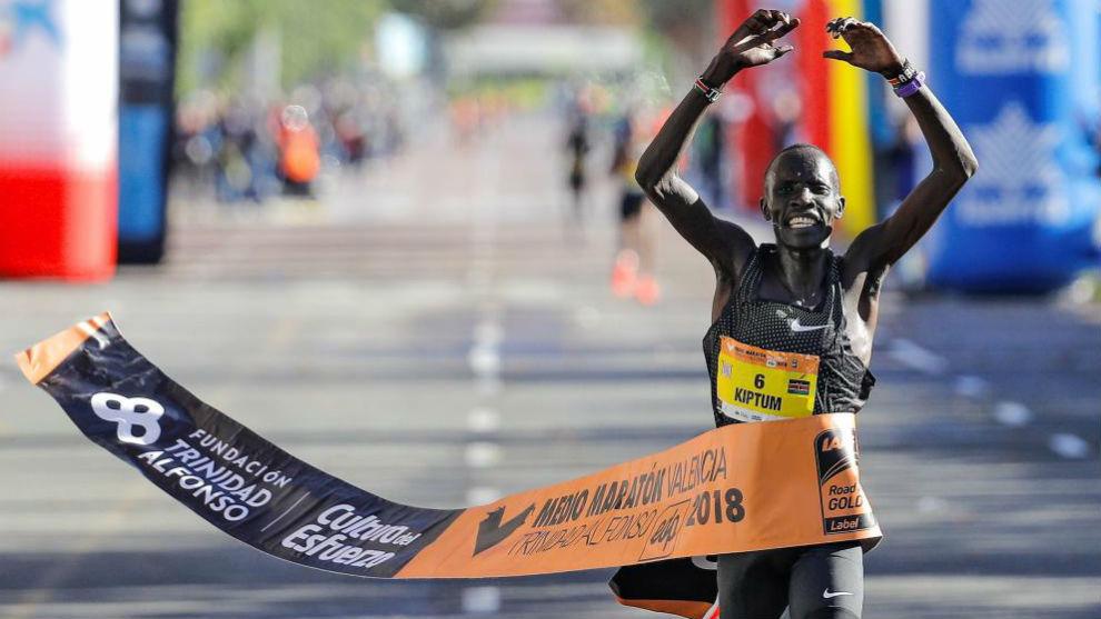 Kiptum cruza la meta del Medio Maratón de Valencia 2018.