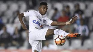 Rodrygo golpea al balón en un partido del Santos.