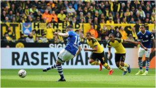 Caligiuri marca de penalti el momentáneo 1-1 del Schalke.