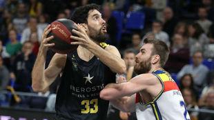 Javi Beirán trata de superar la defensa de David Jelínek.