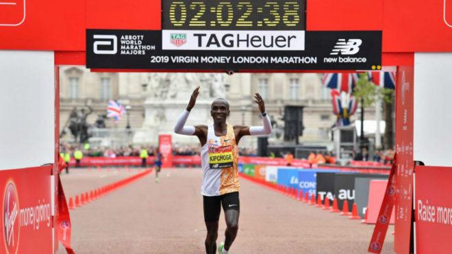 Eliud Kipchoge cruza la meta del Maratón de Londres.