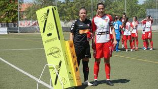 Capitanas de Osasuna y Santa Teresa posan antes de empezar el partido.