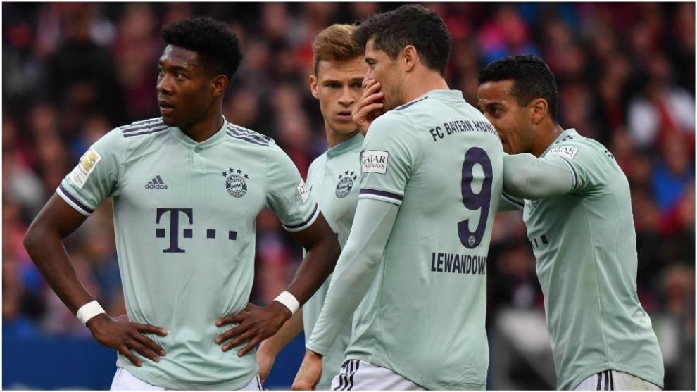 Los jugadores del Bayern dialogan durante el partido con el...