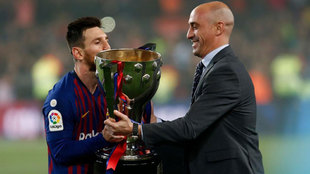 Luis Rubiales entrega la copa de la Liga a Leo Messi este sábado