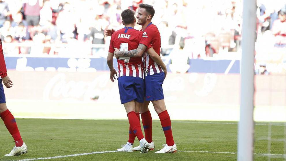 Arias felicita a Saúl tras el gol en propia del Valladolid,