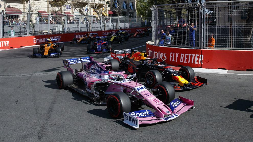 Checo Pérez, por delante de Verstappen y con Norris detrás.