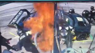 El coche de Soucek, en llamas.