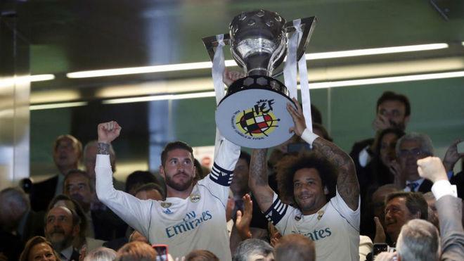 Ramos y Marcelo, con el trofeo de la Liga 2016-17