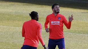 Saúl, con Thomas en un entrenamiento.