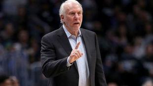 Gregg Popovich dirigiendo a los San Antonio Spurs durante los...
