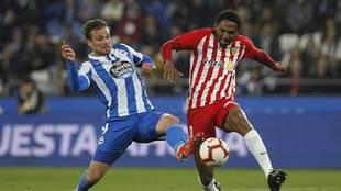 Owona pugna con Christian Santos por un balón en el Dépor-Almería