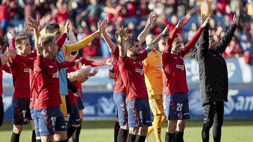Los jugadores rojillos celebraron con su afición el triunfo casi...