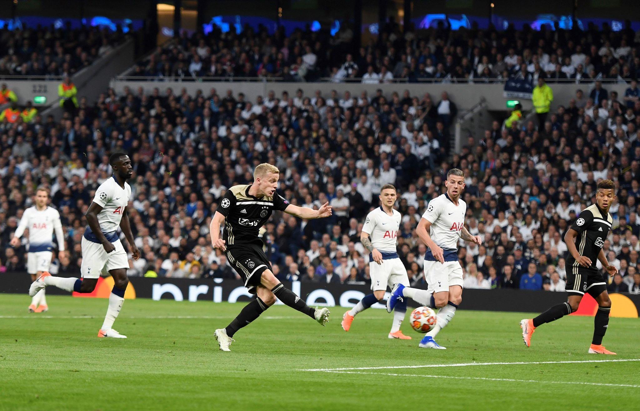 EPA2480. LONDON (UNITED KINGDOM), 30/04/2019.- Donny <HIT>Van</HIT> de <HIT>Beek</HIT> (2i) del Ajax anota un gol ante Tottenham este martes, durante un partido de ida de las semifinales de la Liga Campeona UEFA, entre el Tottenham Hotspur ingles y el Ajax Amsterdam de Holanda, en Londres (R.Unido). EFE/ Will Oliver