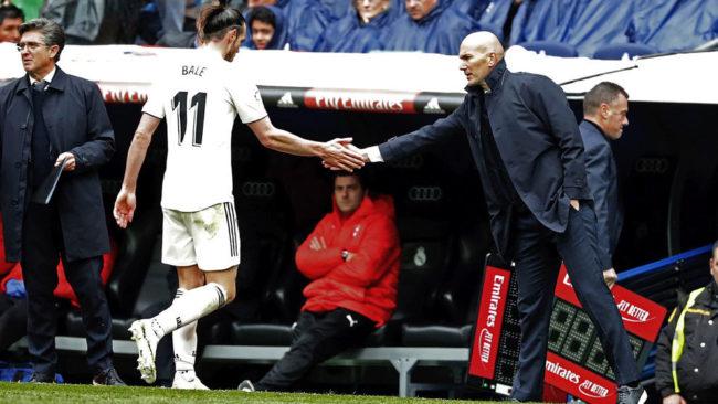 Zidane y Bale se saludan en un cambio.