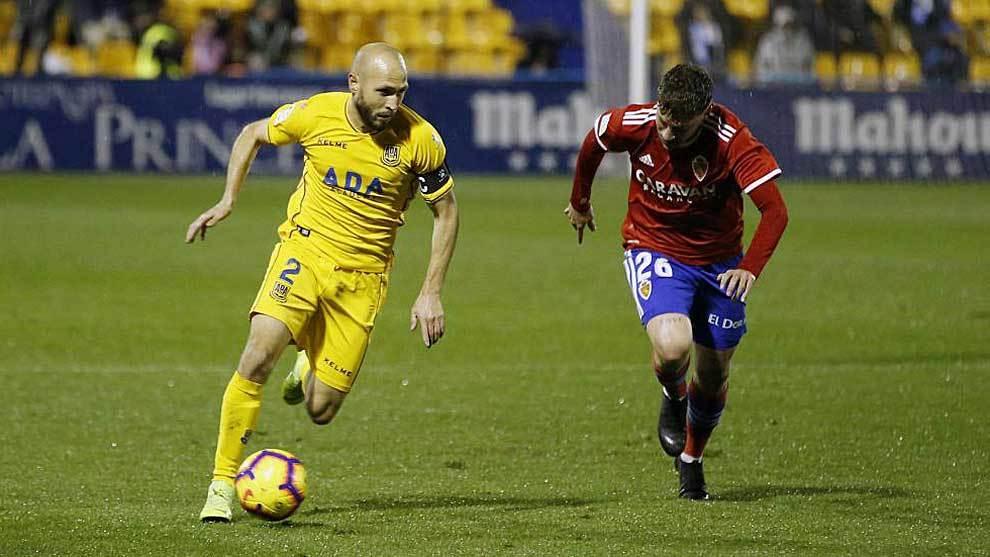 Laure conduce el balón durante el partido ante el Zaragoza en Santo...