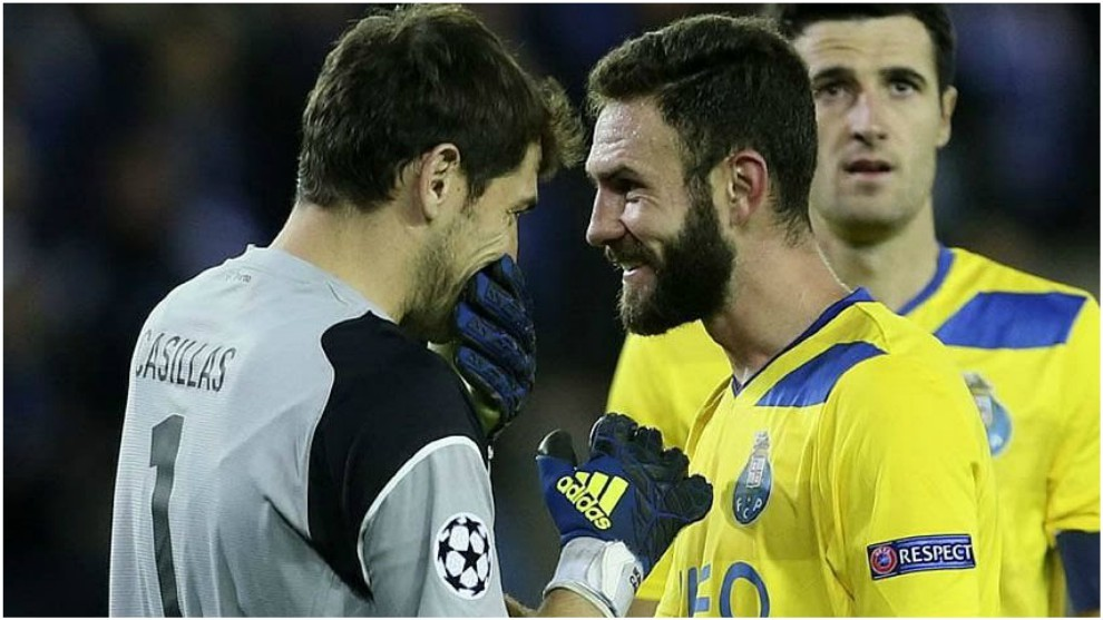 Iker Casillas y Miguel Layún, en un partido del Porto.