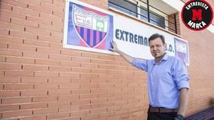 Manuel posa para MARCA antes de la entrevista delante del escudo del...