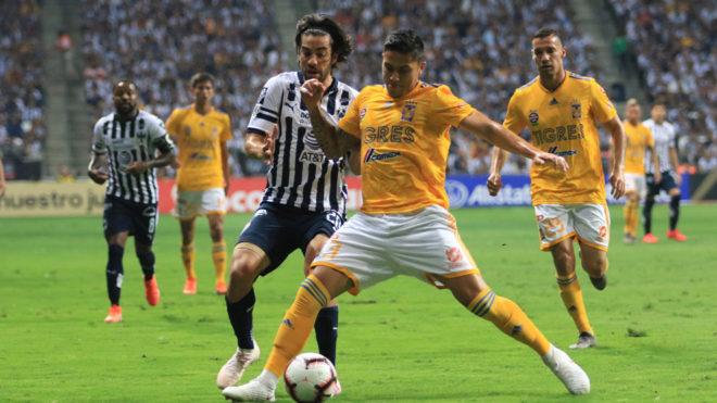 Carlos Salcedo y Rodolfo Pizarro en la final de la Concachampions.