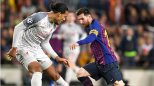 Van Dijk intenta frenar a Messi.