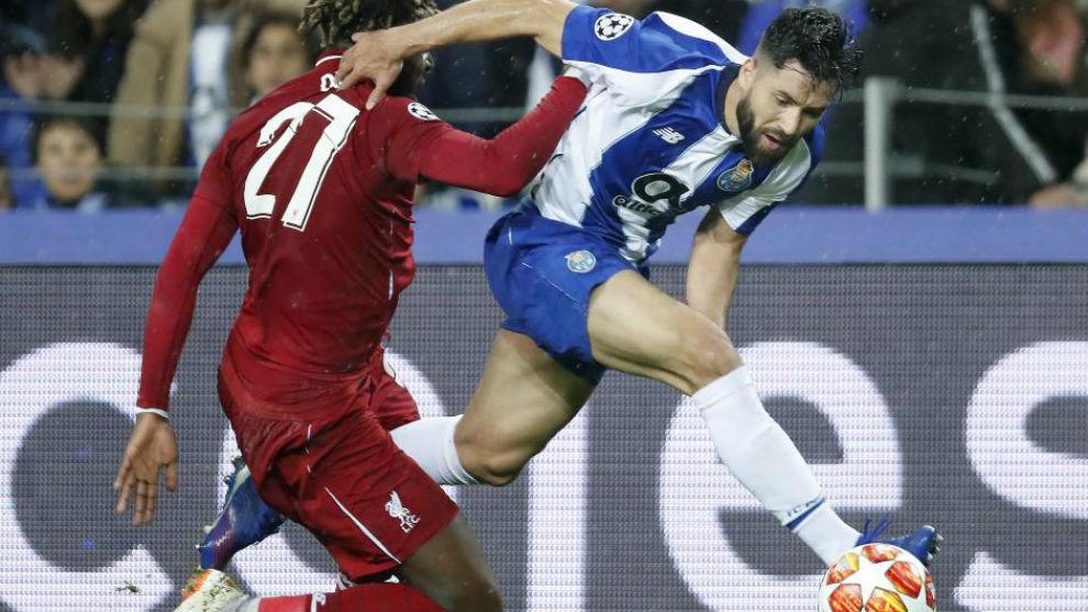Felipe pelea un esférico ante Origi, del Liverpool.