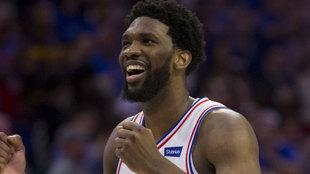 Embiid sonríe tras sellar la victoria ante los Raptors