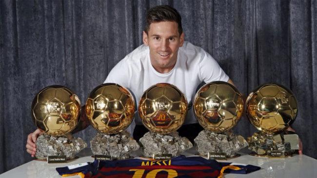 Messi posa con los cinco Balones de Oro que ha ganado hasta la fecha.