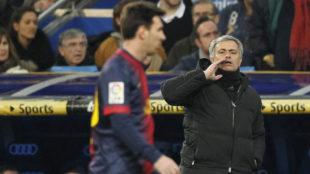Mourinho da instrucciones ante Messi en un Clásico.