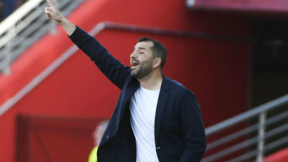Diego Martínez da indicaciones a sus jugadores.