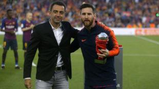 Messi recoge un premio de manos de Xavi.